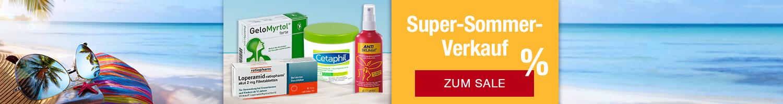 Strand mit Produkten des Super-Sommer-Verkaufs im Vordergrund