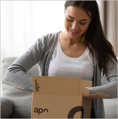 Paketbote übergibt Kundin mehrere Päckchen von apo-discounter.de