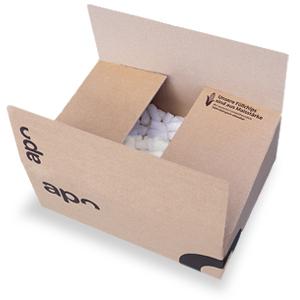 Ein Karton von apo-discounter.de, welcher mit Maischips als Verpackungsmaterial gefüllt ist