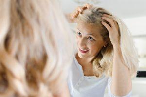 Haarausfall bei Frauen tritt oft während und nach den Wechseljahren ein
