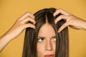 Starker und extremer Haarausfall bei Frauen kann unterschiedliche Ursachen haben