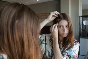 Haarausfall bei Frauen kann Geheimratsecken bilden