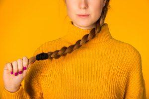 Haarausfall bei Frauen kann zu dünnem Haar und Haarlosigkeit führen
