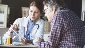 älterer Mann wird von Ärztin beraten