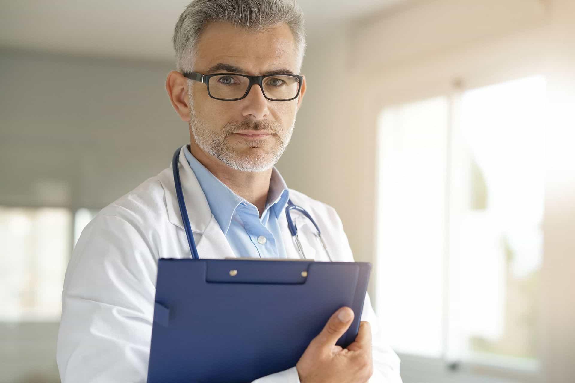 Coronavirus Mythen Arzt Brille Kittel